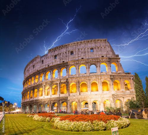 dramatyczne-niebo-nad-koloseum-w-rzymie-nocny-widok