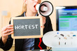 Frau macht Werbung für einen Hörtest