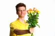 Junge verschenkt Rosenstrauß