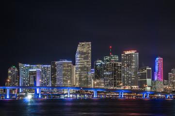 Panorámica del centro financiero de Miami en la noche