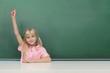 Schulkind vor der Tafel meldet sich