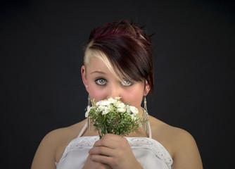 Braut mit mickrigem Brautstrauss