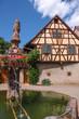Dorfbrunnen und Fachwerkhaus