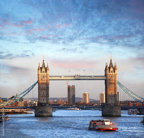 Basztowy most z łodzią w Londyn, Anglia