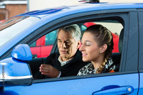 Junge Frau in einem Fahrschulauto - 51576110