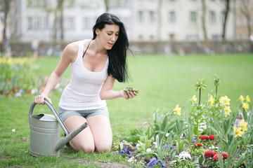 Frau pflegt ihren Garten