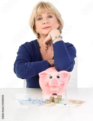 Ältere Frau mit Geldsorgen - Rentnerin isoliert mit Geld
