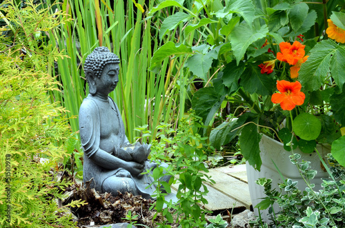 buddha im garten stockfotos und lizenzfreie bilder auf. Black Bedroom Furniture Sets. Home Design Ideas