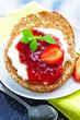 Frisches Vollkornbrot mit Erdbeermarmelade.