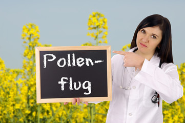 Ärztin mit Schild - Pollenflug