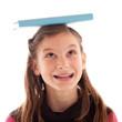 Mädchen balanciert ein Buch auf dem Kopf
