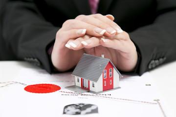 Notar Urkunde mit Haus und Frauen Händen über Haus