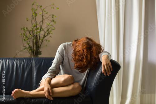 Frau auf einem Sofa