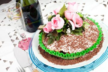 torta al cioccolato con rose rosa