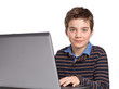 Freundlicher Junge / Jugendlicher mit Laptop / Notebook