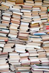 Viele alte Bücher als Hintergrund