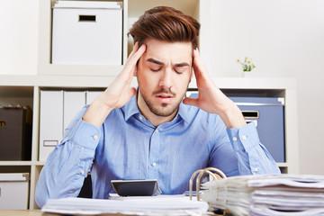 Geschäftsmann mit Burnout im Büro