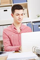 Schüler lernt am Schreibtisch mit Computer