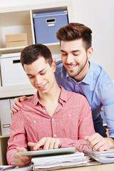 Zwei schwule Männer mit Tablet Computer