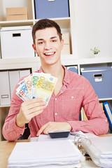 Lachender Mann mit Euro-Geldscheinen