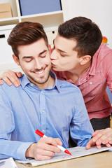 Schwuler Mann küsst Partner bei Jobsuche