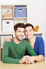 Junges schwules Paar lacht gemeinsam