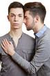 Schwuler Mann lehnt sich an seinen Partner