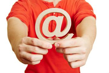 Teenager mit at-Zeichen als Symbol für Email