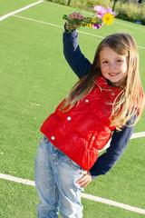 Bambina sorridente al campo di calcetto