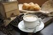 Schwarzer Kaffe mit Kaffeebohnen und Kaffeemühle