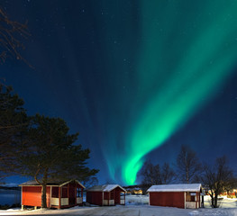 Nordlicht in  Norwegen mit Hütten