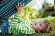kleiner junge spielt im garten