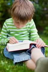 kleiner junge übt lesen