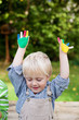 kleiner junge mit bunten händen