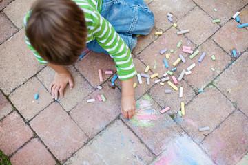 junge malt mit kreide
