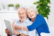 lachendes älteres paar mit tablet