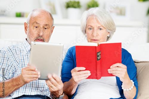 senioren mit buch und ebook