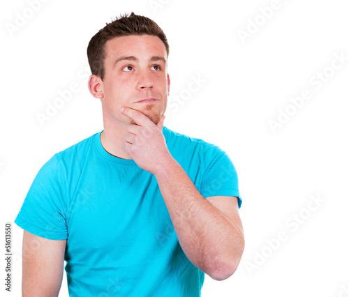Denkender Mann im blauen Shirt