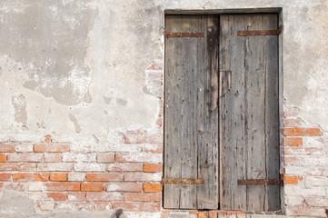 muro vecchio con finestra ad ante