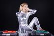 Sexy DJ Frau mit Schallplattenspieler und Mixer