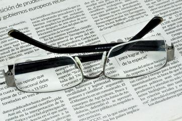 Gafas sobre un periódico