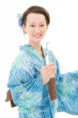 サイダーを持つ浴衣女性