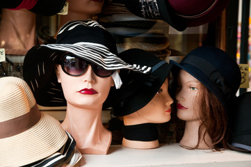 vitrine magasin de chapeaux