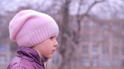 девочка на детской площадке наблюдает