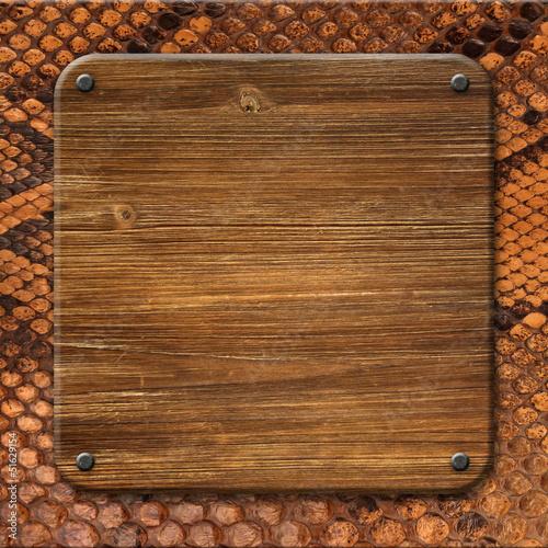 Fond peau de serpent et plaque de bois