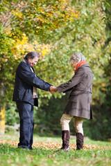 verliebtes älters paar im park