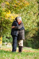 glückliches älteres paar umarmt sich
