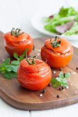 frische gefüllte Tomaten
