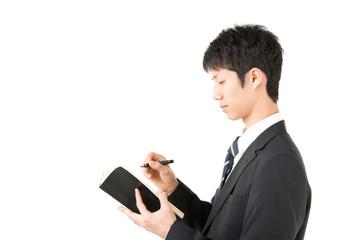 手帳を持った男性