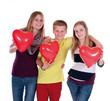 Drei Teenager mit Luftballonherzen
